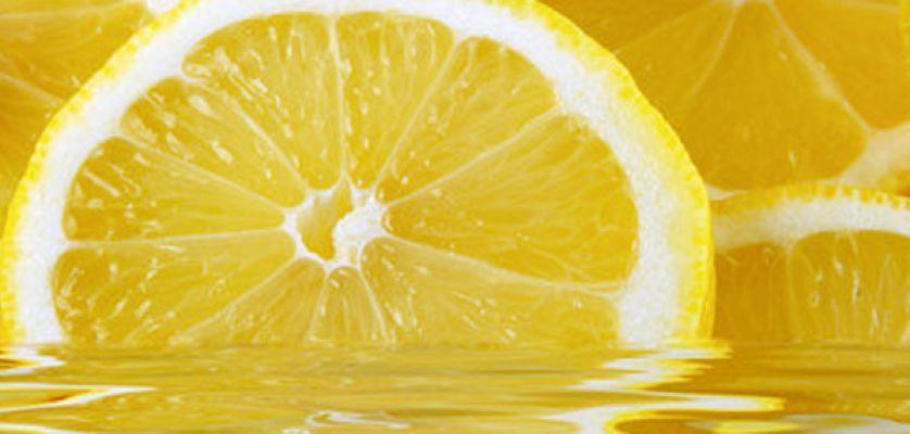 7 benefici di bere acqua calda con limone al mattino