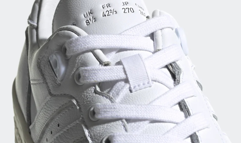 Adidas Rivarly Low tiene detalles característicos