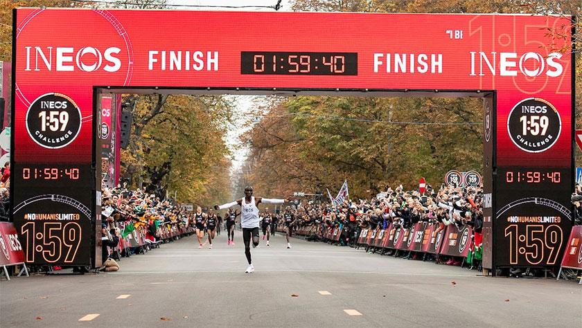 Eliud Kipchoge, primer atleta en bajar de las 2 horas en maratón con las Nike AlphaFly - foto 4