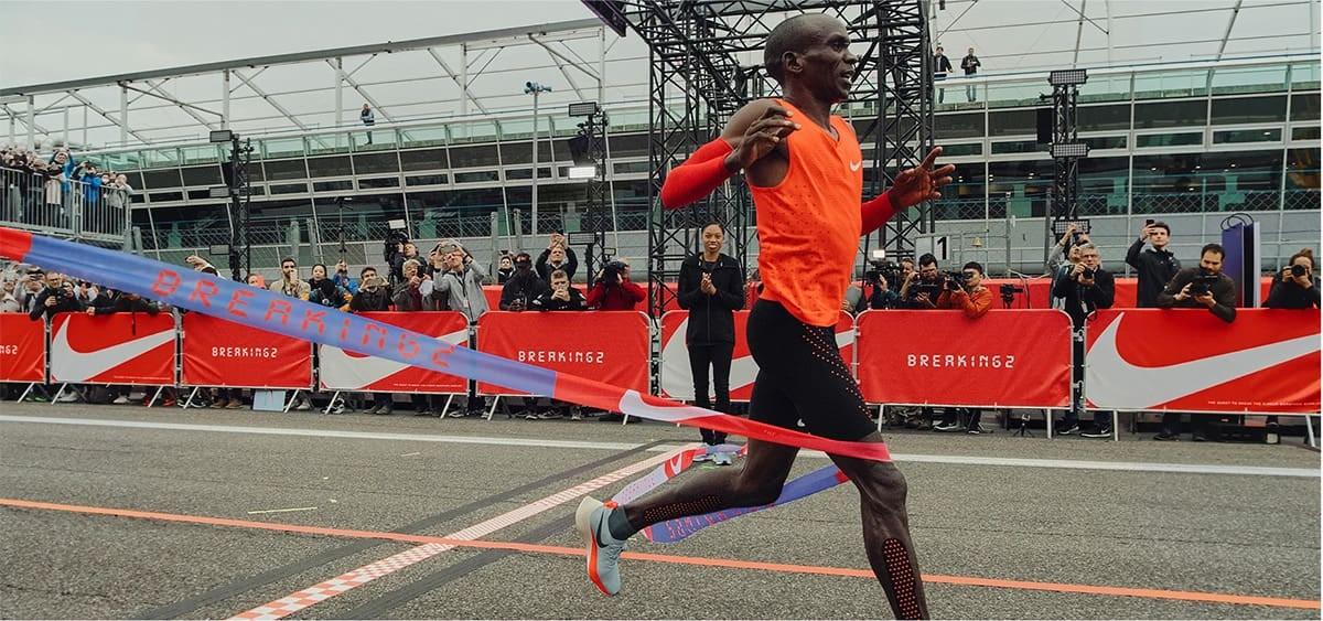 Eliud Kipchoge, primer atleta en romper la barrera de las 2 horas al correr un maratón - foto 7