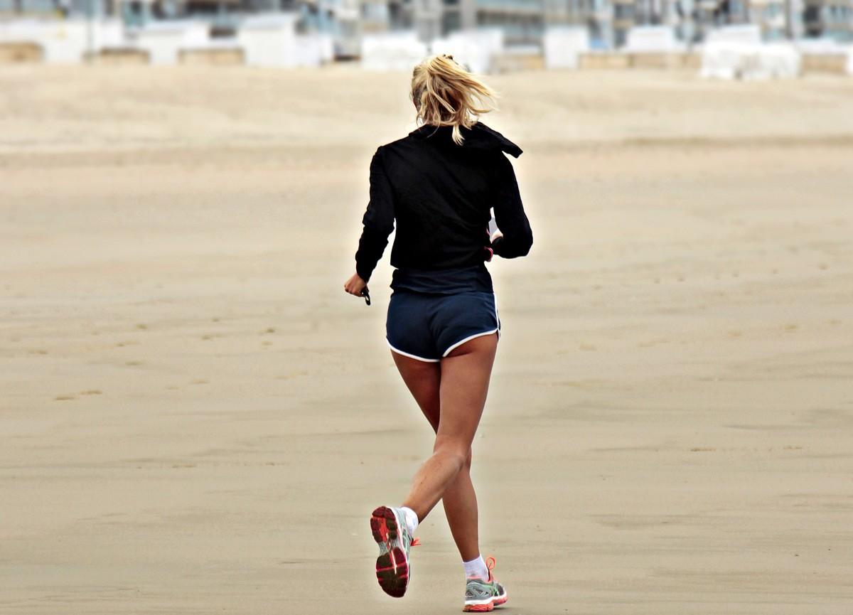 ¿Correr descalzo o con las zapatillas de running sobre la arena de la playa? - foto 2