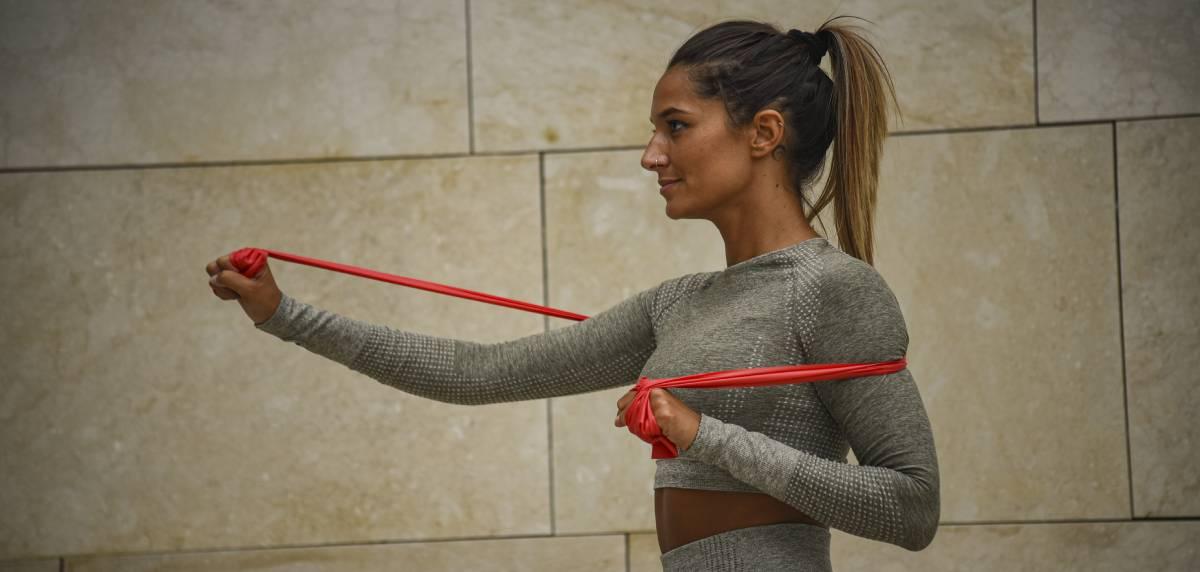 Por qué y cómo usar las bandas elásticas en ejercicios de fuerza/calentamiento para runners, como usarlas