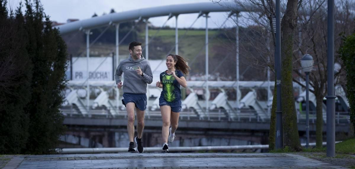 Por qué y cómo usar las bandas elásticas en ejercicios de fuerza/calentamiento para runners, salir a correr