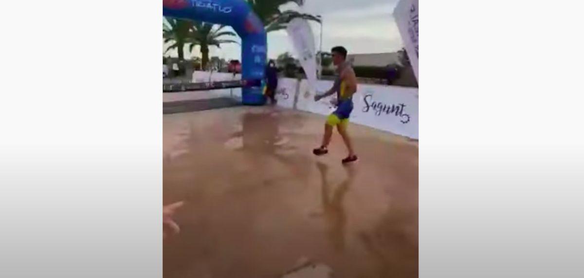 Triatlón de Sagunto 2021: Mateo Bustos y el peligro de celebrar una victoria antes de tiempo